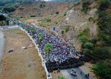 Miles de migrantes chocan contra ejercito Guatemalteco en la frontera con Honduras